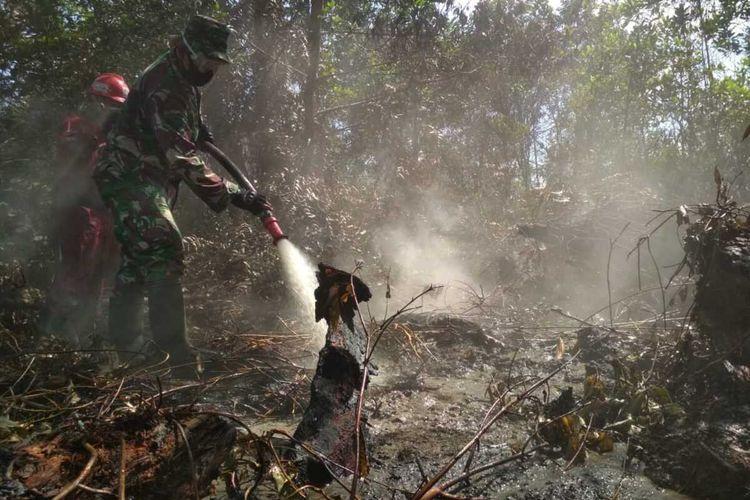 Petugas Manggala Agni dan TNI saat berjibaku memadamkan titik api karhutla di Jalan Pariwisata, Kelurahan Air Hitam, Kecamatan Payung Sekaki, Kota Pekanbaru, Riau, Senin (17/8/2020).