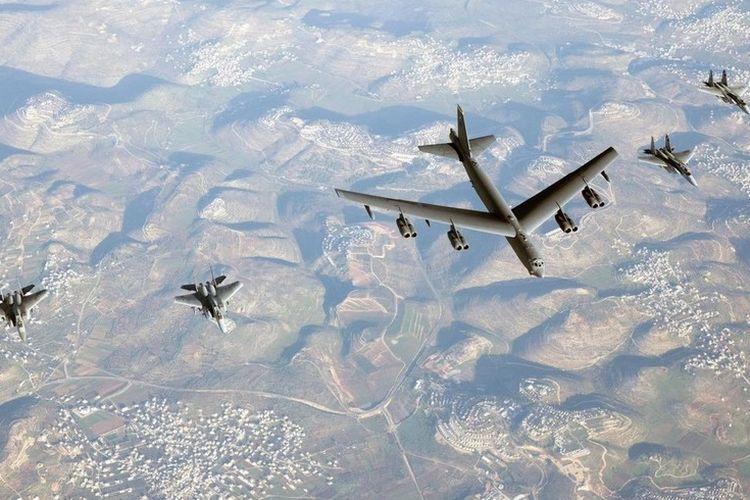 Pesawat pengebom Amerika Serikat (AS) B-52 terbang di langit Israel diapit oleh jet tempur F-15 milik Pasukan Pertahanan Israel (IDF).