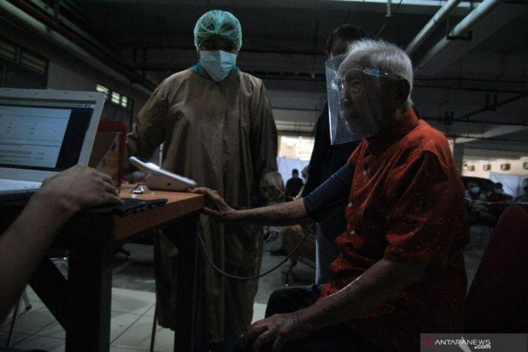 Wirjawan Hardjamulia (104 tahun) bersiap mengikuti vaksinasi COVID-19 di RS Vania, Kota Bogor, Jawa Barat, Selasa (23/3/2021). Salah satu warga lanjut usia (lansia) tertua di Indonesia yang mengikuti vaksinasi COVID-19 tersebut dalam kondisi sehat dan diharapkan bisa memotivasi masyarakat untuk tidak takut mengikuti program vaksinasi COVID-19 yang dicanangkan pemerintah. ANTARA FOTO