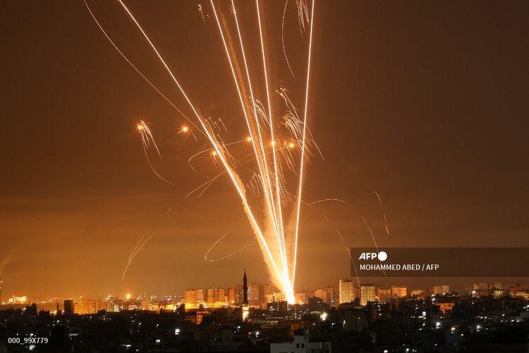 Roket terbang di langit malam dari Beit Lahia utara Gaza, ke Israel pada 14 Mei 2021. Israel membombardir Gaza dengan serangan udara dan artileri sebagai respons serangan roket yang dilakukan kelompok Hamas.