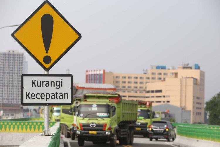 Komisi Keamanan Jembatan dan Terowongan Jalan (KKJTJ), Kementerian Pekerjaan Umum dan Perumahan Rakyat (Kemen PUPR) bersama Dinas Pekerjaan Umum Bina Marga Provinsi DKI melakukan pengujian beban terhadap ruas di jalan layang tranjakarta koridor 13, Jakarta, Kamis (20/7/2017). Sebanyak 25 truk dengan beratan muatan batu arang dengan berat 30 ton untuk pengujian dinamis dan 40 ton untuk pengujian beban dinamis digunakan sebagai salah satu perangkat dalam proses pengujian kelayakan ruas jalan yang membentang dari Ciledug hingga Tendean.