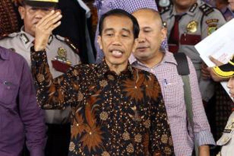 Calon presiden nomor urut 2, Joko Widodo atau Jokowi, menjawab pertanyaan wartawan di Kantor KPK, Jakarta Selatan, Kamis (26/6/2014). Kedatangan Jokowi untuk menjalani proses verifikasi harta kekayaan sebagai syarat pencalonan presiden pada Pilpres 2014.