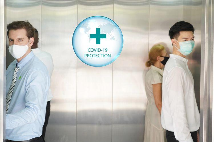 Ilustrasi menggunakan lift atau elevator di kantor saat pandemi Covid-19 untuk mencegah agar tidak tertular virus corona baru, SARS-CoV-2. Lakukan jaga jarak (physical distancing) dan hindari berbicara di dalam lift.