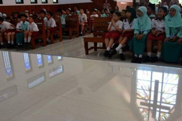 Siswa SD Islam Ar-Rahman mengunjungi gereja di SD Kristen Petra Jombang, Jawa Timur, Selasa (05/11) untuk belajar mengenal tempat ibadah agama lain serta mengajarkan toleransi dan saling menghargai perbedaan.