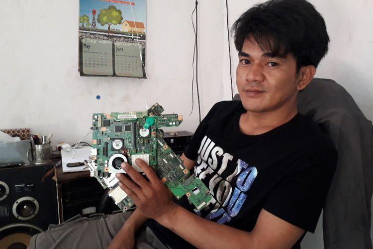 Shandra Setiawan memamerkan lempengan prosesor komputer yang dapat diolah menjadi emasi di tempat tinggalnya di Citayam, Depok, Jawa Barat, Rabu (30/5/2018).