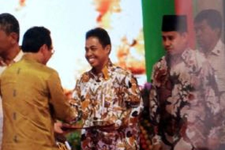Wali Kota Depok Nur Mahmudi Ismail menerima penghargaan Wali Kota Teladan dalam Gerakan Diversifikasi Pangan Tahun 2013.