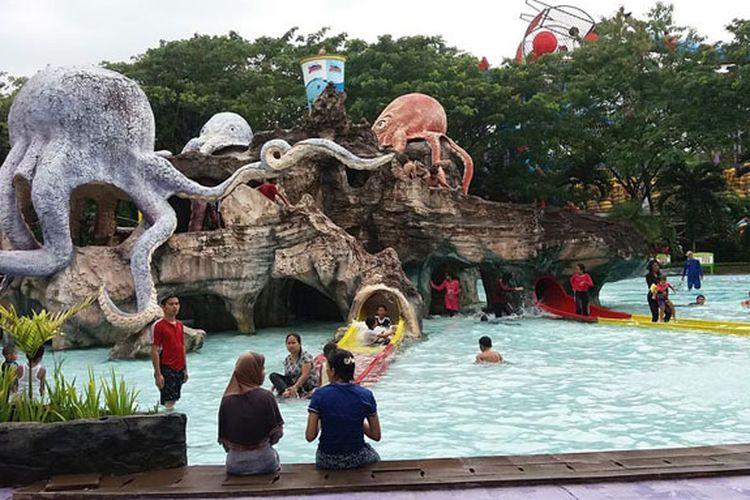 Pengunjung menikmati wahana di Water Kingdom, Mekarsari. Bermain air menjadi pilihan akhir pekan bersama keluarga dan teman.