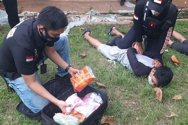 Satuan narkoba Polres Jakarta Barat tengah meringkus tiga orang kurir narkoba di kawasan Pondok Aren, Tangerang Selatan, pada Kamis (22/10/2020). Ditemukan pula sebuah koper berisi pil ekstasi dan narkoba jenis sabu.
