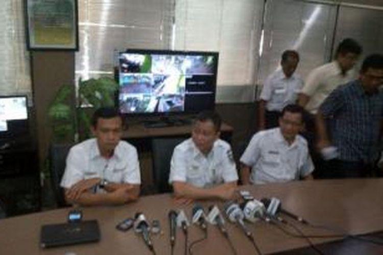 Direktur Utama PT Kereta Api Indonesia Ignasius Jonan (tengah) saat konferensi pers di Stasiun Gambir, Jakarta Pusat, Minggu (7/7/2013).