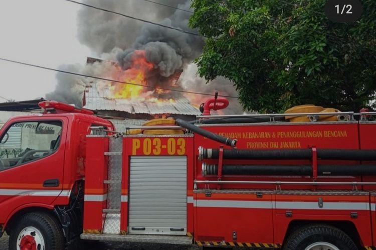 Kebakaran terjadi di Jalan Anyer III RT 004/002, Kelurahan Menteng, Jakarta Pusat, Selasa (28/9/2021) pagi. Dalam kejadian itu, satu rumah warga yang difungsikan sebagai gudang barang bekas hangus dilalap api.