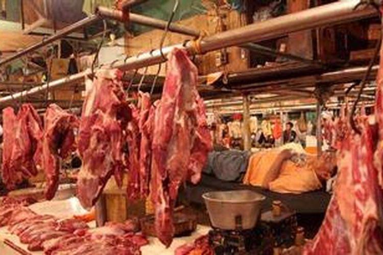 Pedagang terlelap menunggu daging sapi dagangannya di Pasar Senen, Jakarta Pusat, Senin (27/5/2013).