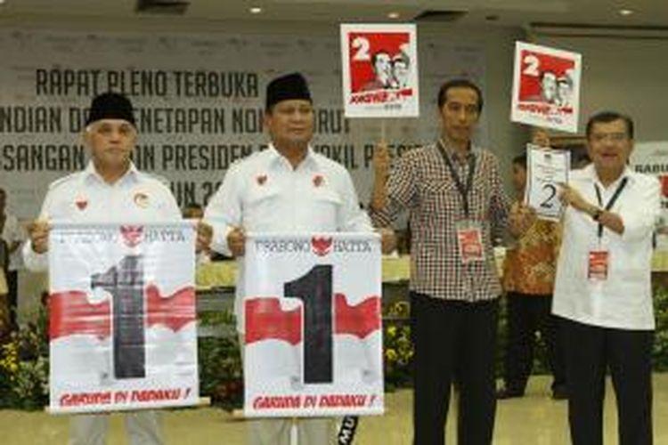 Pasangan capres dan cawapres, Prabowo Subianto-Hatta Rajasa dan Jokowi-JK menunjukkan nomor urut saat acara pengundian dan penetapan nomor urut untuk pemilihan presiden Juli mendatang di kantor KPU, Jakarta Pusat, Minggu (1/6/2014). Pada pengundian ini, pasangan Prabowo-Hatta mendapatkan nomor urut satu sedangkan Jokowi-JK nomor urut dua. TRIBUNNEWS/HERUDIN