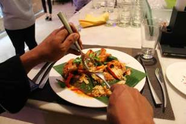 Menyantap kepiting secara higienis dengan menggunakan sendok dan garpu.