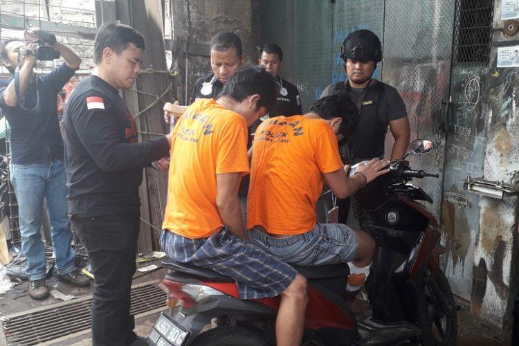 Dua pelaku curanmor dalam rekonstruksi kasus tersebut di Tambora, Jakarta Barat, Sabtu (2/2/2019).
