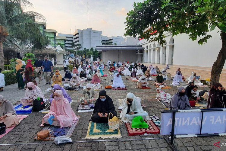 Jemaah Shalat Idul Adha 1440 Hijriah/2020 di Masjid Agung Al Azhar terapkan jaga jarak antar jemaah, Jumat (31/7/2020).