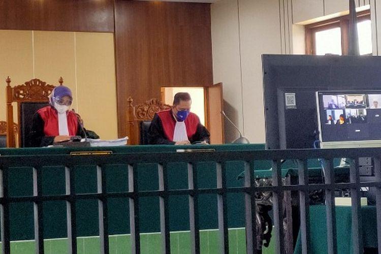 Majelis Hakim Pengadilan Negeri Tegal membacakan putusan sela saat sidang virtual perkara pencemaran nama baik Komandan Kodim Tegal dengan terdakwa Ketua Ormas GNPK RI Basri Budi Utomo, Senin (21/6/2021).