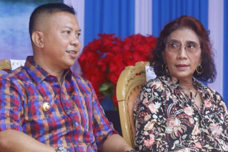 Bupati Kabupaten Kepulauan Selayar Kabupaten Kepulauan Selayar Basli Ali duduk berdampingan dengan Menteri KKP Susi Pudji Astuti dalam kujungan kerja Menteri Susi di Kepulauan Selayar, Senin (22/4/2019).
