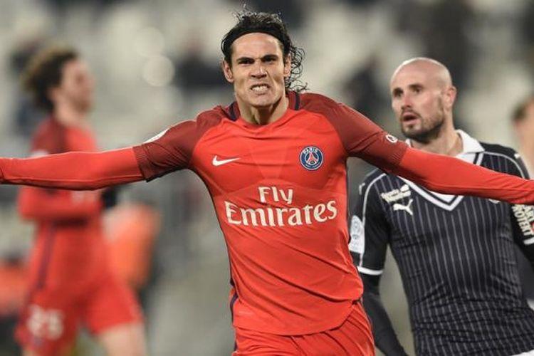 Edinson Cavani merayakan gol Paris Saint-Germain ke gawang Bordeaux pada partai lanjutan Ligue 1 di Stadion Matmut Atlantique, Jumat (10/2/2017).