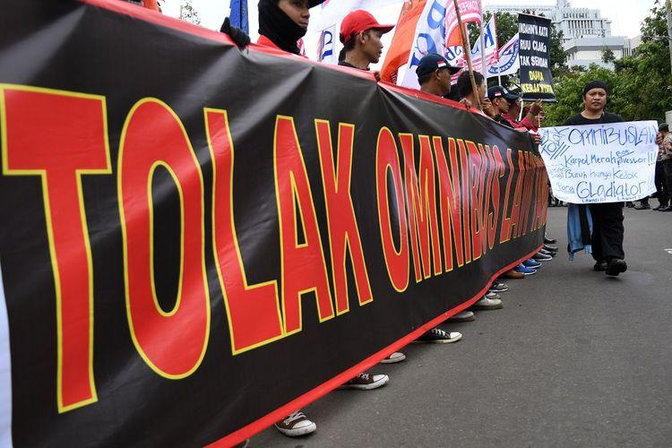 Sejumlah pengunjuk rasa dari sejumlah organisasi buruh melakukan aksi damai menolak Omnibus Law RUU Cipta Lapangan Kerja di Taman Pandang Istana, Jalan Merdeka Barat, Jakarta, Rabu (15/1/2020). Mereka menolak Omnibus Law RUU Cipta Lapangan Kerja karena dinilai tidak berpihak kepada buruh, akan mempermudah PHK, menghilangkan pesangon, rentan diskriminasi, serta penghapusan pidana ketenagakerjaan. ANTARA FOTO/Aditya Pradana Putra/hp.   *** Local Caption ***