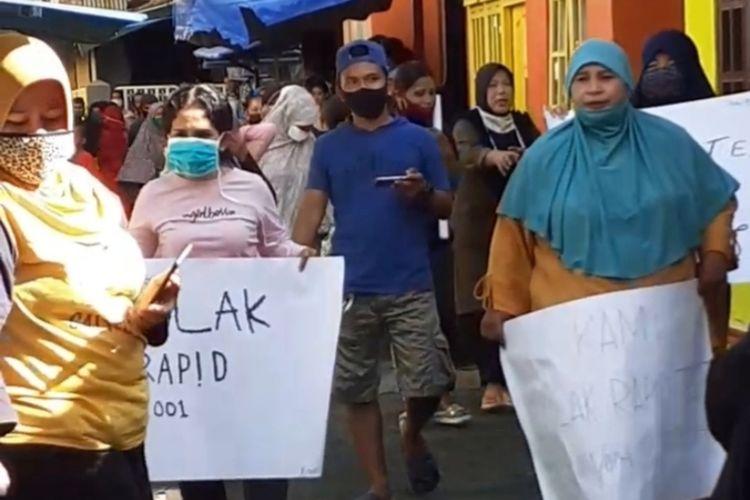 Warga di awasan Silale, Kecamatan Nusaniwe, Ambon menggelar aksi demo menolak rencana tenaga medis yang datang ke lokasi itu untuk menggelar rapid tes terhadap satu keluarga di kawasan tersebut, Kamis (4/6/2020). Dalam aksi itu warga juga memblokade lorong menuju rumah keluarga yang akan dirapid test