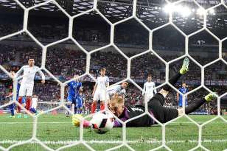 Joe Hart tidak mampu membendung tembakan mendatar dari Kolbein Sigthorsson saat Inggris melawan Islandia pada babak 16 besar Piala Eropa di Stadion Allianz Riviera, Senin (27/6/2016).