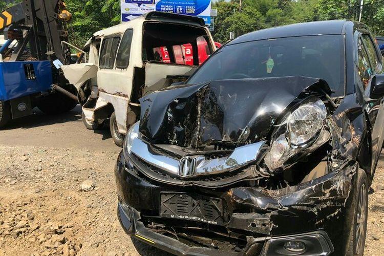 Kecelakaan antara mobil bernomor polisi B 2065 BFW dan angkot terjadi di depan pintu pasuk Villa Pamulang Mass Jalan Raya Puspitek, Pamulang,  Tangerang Selatan, pada Senin (18/11/2019).