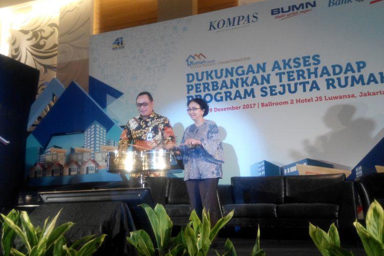 Direktur Utama PT Bank Tabungan Negara (Persero) Tbk Maryono dan Pemimpin Redaksi Harian Kompas Ninuk Mardiana Pambudy pada seminar Dukungan Akses Perbankan Terhadap Program Sejuta Rumah di Hotel JS Luwansa, Selasa (19/12/2017).