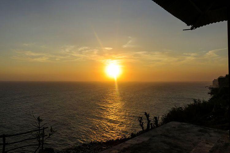 Keindahan matahari terbenam dilihat dari Laut Bekah, Gunungkidul, Yogyakarta.