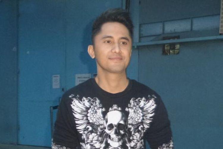 Hengky Kurniawan diabadikan usai menjadi bintang tamu dalam program bincang-bincang di studio TransTV, Mampang, Jakarta Selatan, Kamis (16/2/2017).