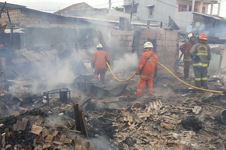 Kebakaran di Jalan Pedongkelan Raya pada Senin (14/12/2020).