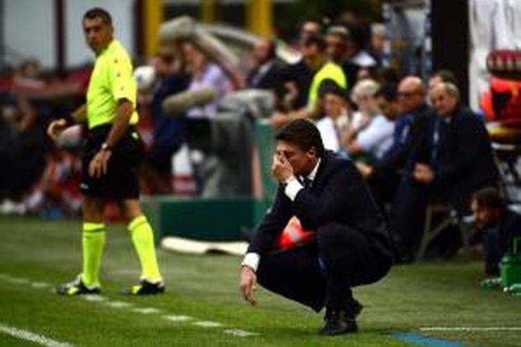 Salah satu ekspresi pelatih Inter Milan Walter Mazzarri, saat timnya melawan Juventus, di pentas Serie-A, di Giuseppe Meazza, Sabtu (14/9/2013).