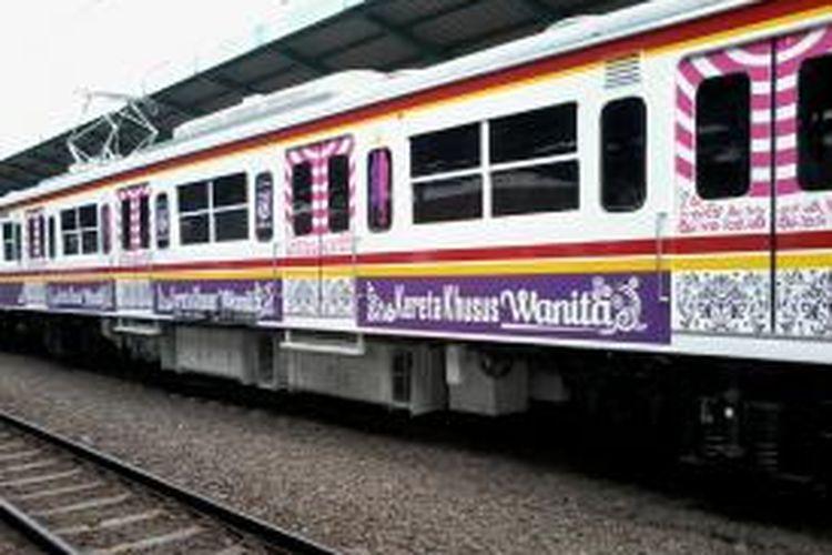 Gerbong khusus wanita dalam rangkaian kereta KRL di Stasiun Manggarai, Jakarta Selatan.