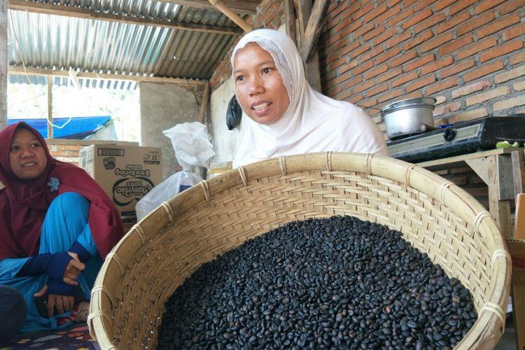 Pengusaha UMKM Nurul Inayati menunjukan kopi luwak yang akan dia jual. Nurul merupakan pengusaha UMKM yang terkena gempa Lombok pada 5 Juli 2018. Foto diambil ketika Kompas.com menemuinya di kediamannya pada Senin (20/8/2018).