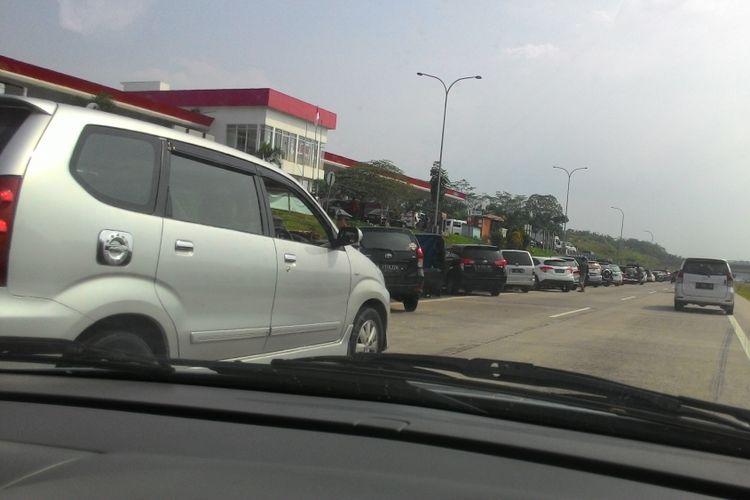 Kendaraan pemudik diparkir di depan rest area Km 101 Tol Cipali arah Jakarta, Jumat (30/6/2017)