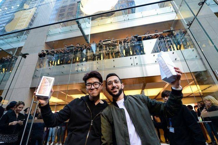 Dua orang pembeli iPhone pertama di Australia