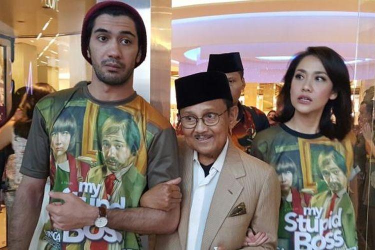 Reza Rahadian dan Bunga Citra Lestari mengapit Presiden RI Ketiga Bacharuddin Jusuf Habibie setelah menonton film My Stupid Boss, di XXI Kota Kasablanka, Tebet, Jakarta Selatan, Sabtu (21/5/2016).