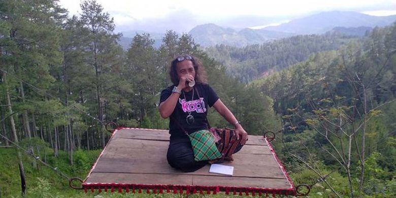 Wartawan Serambi Indonesia, Fikar W Eda ikut menikmati sensasi permadani terbang di Burni Telege, obyek wisata yang sedang viral di Takengon, Aceh Tengah.