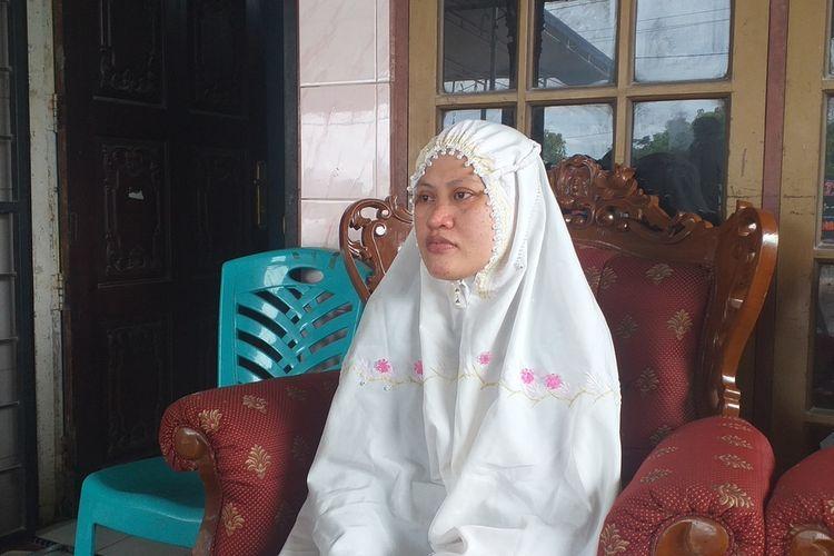 Istri almarhum Serma Rama Wahyudi, Anita (32), saat ditemui Kompas.com di rumah duka di Jalan Garuda Sakti, Desa Karya Indah, Kecamatan Tapung, Kabupaten Kampar, Riau, Rabu (24/6/2020).