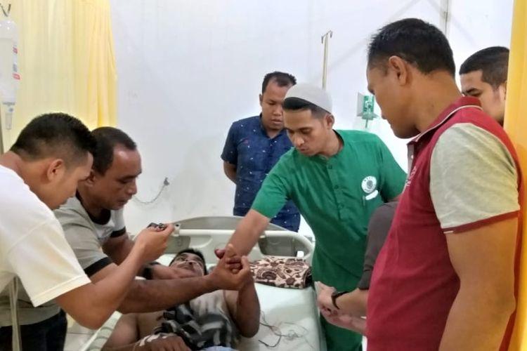 """Foto Dokumentasi BPBD Aceh Jaya; """"Heri warga Gampong Baro, Kecamatan Baktia, Kabupaten Aceh Jaya yang yang mengalami luka parah dibagian tangan kirinya akibat diterkam buaya sedang menjalani perawatan tim medis di Rumah Sakit Umum Daerah (RSUD) Teuku Umar,  Kamis (20/06/2019)"""