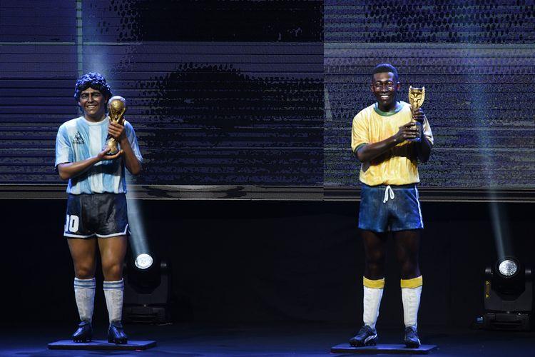 Patung dua legenda sepak bola dunia, Diego Maradona (kiri) asal Argentina dan Pele dari Brasil, menyongsong Copa Libertradores dan Copa Sudamericana pada 2018. Gambar diambil pada 20 Desember 2020 di Luque, Paraguay.