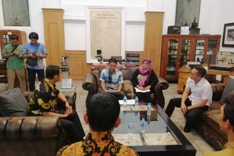Puluhan orang mengatasnamakan diri sebagai Forum Arek Surabaya Wani mendatangi Markas Polrestabes Surabaya, Jawa Timur, Jumat (24/1/2020). Mereka menuntut polisi mengusut akun media sosial yang diduga telah melakukan penghinaan terhadap Wali Kota Surabaya Tri Rismaharini.
