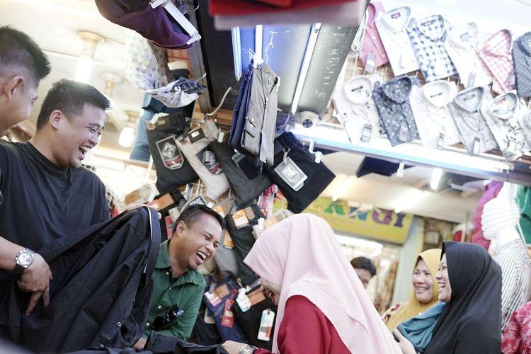 Boby Nasution berfoto dengan warga di Pasar Petisah Medan, Selasa siang (7/1/2020). Di pasar tradisional itu, menantu Presiden Joko Widodo itu membeli dua baju hitam dan makan bakso.