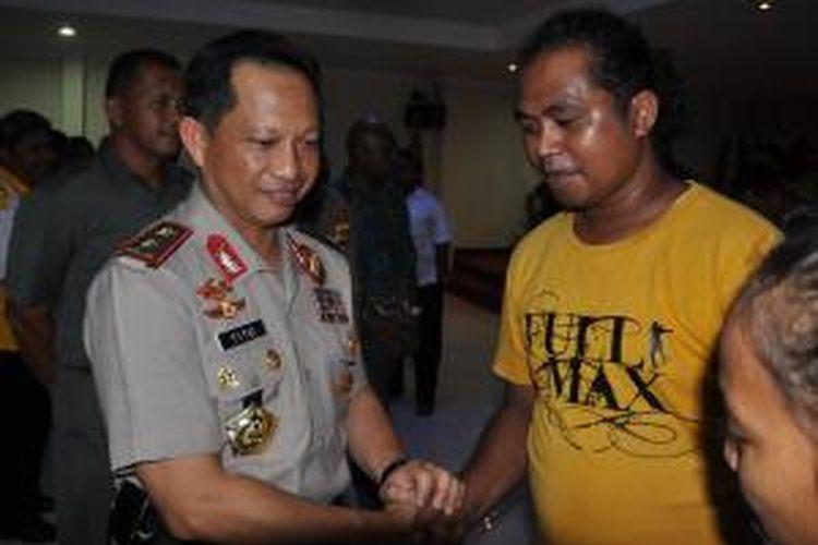 Kapolda Papua, Irjen Pol Tito Karnavian (kiri) usai menghadiri deklarasi pemilu damai pilkada Kabupaten Mimika, Selasa (08/10/2013) malam.