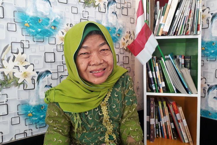 Yuli Herowati (67), lansia penghuni UPTD Griya Werdha mengisi aktivitasnya dengan membaca buku di Pojok Baca Griya Werdha, Minggu (18/8/2019). Griya Werdha merupakan salah satu panti jompo milik Pemerintah Kota Surabaya yang berada di kawasan Jambangan, Surabaya.