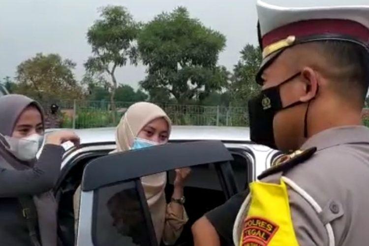 Pemudik yang diduga membawa surat antigen palsu diminta putar balik  ke Jakarta saat terjaring operasi penyekatan di Exit Tol Kalimati, Adiwerna, Kabupaten Tegal, Jawa Tengah, Sabtu (8/5/2021).  (Istimewa)