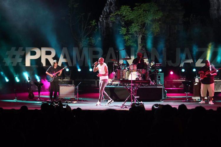 Brian Mcknight beraksi di malam terakhir Prambanan Jazz Festival 2019, di Kompleks Candi Prambanan, Yogyakarta, Minggu (7/7/2019).