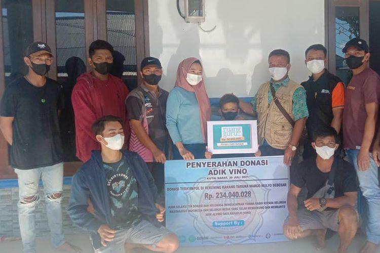 Tim Penggalangan Donasi saat menyerahkan total bantuan ke keluarga Vino di Kampung Linggang Purworejo, Kutai Barat, Kaltim, Minggu (1/8/2021).