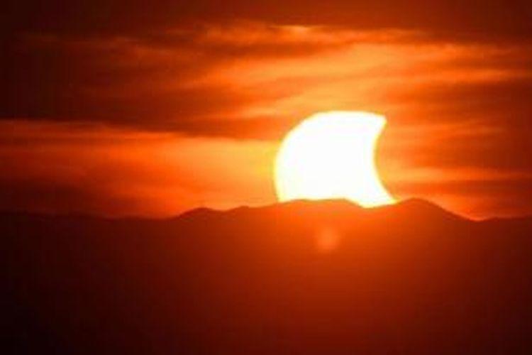 Gerhana matahari parsial terlihat di Blue Ridge Mountains, Lynchburg, 23 Oktober 2014.