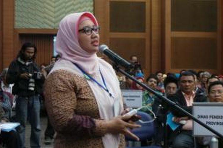 Sekjen FSGI Retno Listyarti saat menyampaikan protes dalam acara Konvensi Ujian Nasional di Gedung Kemdikbud, Jakarta, Kamis (26/9/2013).