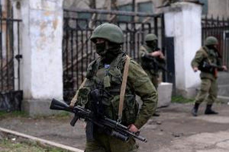 Sejumlah prajurit Rusia berjaga di depan pangkalan AL Ukraina di Simferopol, Crimea, Rabu (19/3/2014).